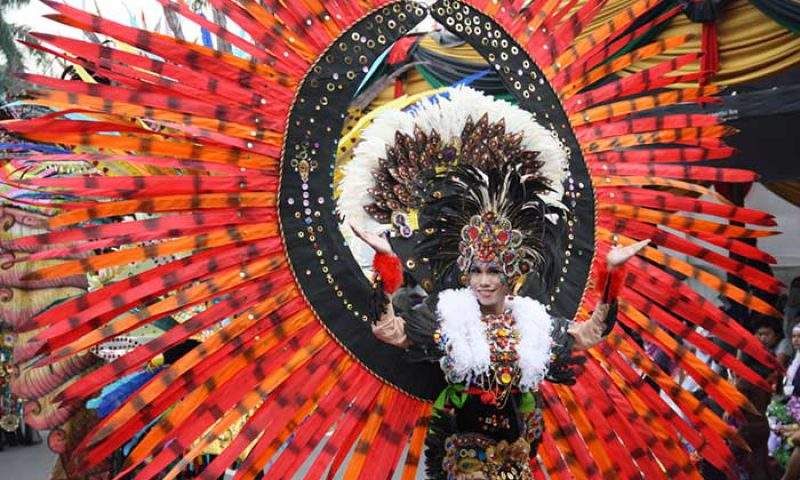 Karnaval, Pameran, Dan Konferensi Menjadi Satu Dalam Jember Fashion Carnaval 2015