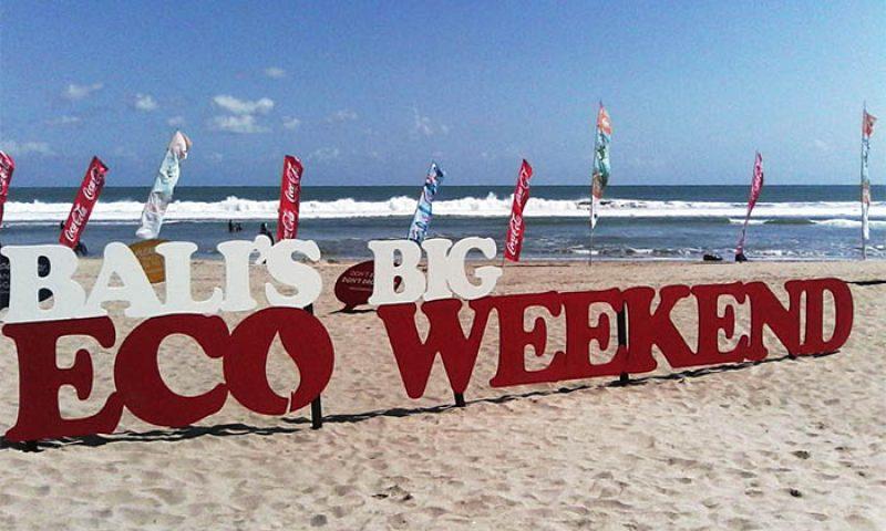 Coca-Cola Bersihkan Pantai-Pantai di Bali