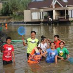 Para Tamu Menguras Ikan di Danau Aston Sentul Lake Resort