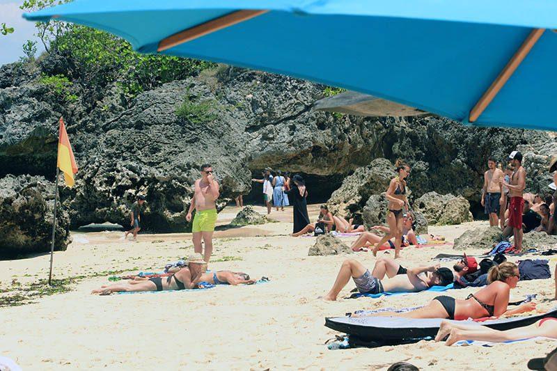 Wisatawan mancanegara di Pantai Padang-padang