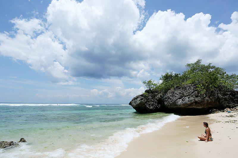 wisatawan prancis di pantai padang-padang bali