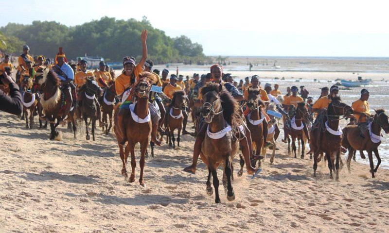 Pantai Walakiri Dipenuhi Parade 1001 Kuda Sandelwood