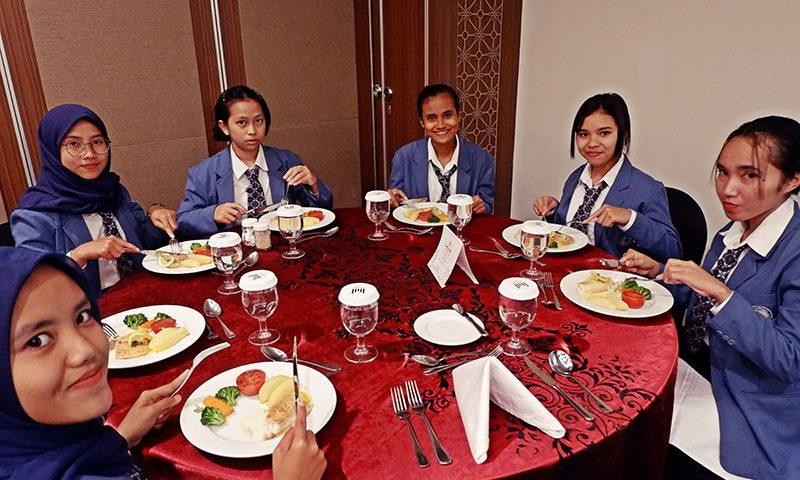 Belajar Table Manner di The Atrium Hotel and Resort