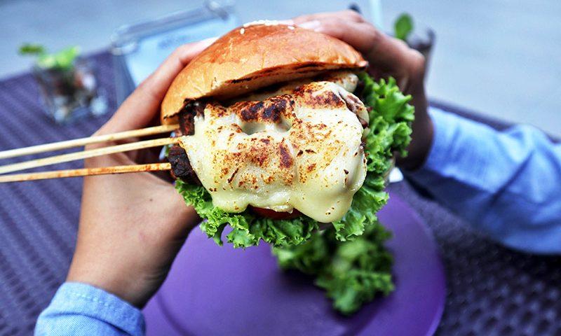 ASTON Sidoarjo Keluarkan Inovasi Terbaru Berupa Burger Sate